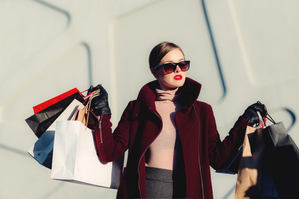 пазаруваща девойка